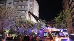 İzmir'de yan yatan binada arama kurtarma çalışmaları
