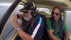 Brezilyalı belgeselci uçakta çekim yaptığı sırada telefonunu düşürdü