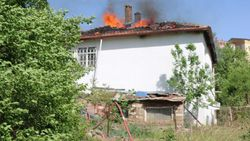 Yozgat'ta 2 katlı evin çatısı yandı