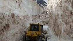 Hakkari'de askeri üs bölgesinde 8 metrelik kar temizleniyor