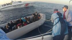 İzmir'de lastik botta 21 göçmen kurtarıldı