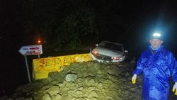 Tekirdağ'da sağanak sonrası yola düşen kayalar ulaşımı aksattı