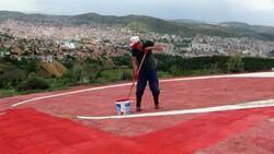Yozgatlı emekli, solan Türk bayrağının boyasını yeniliyor