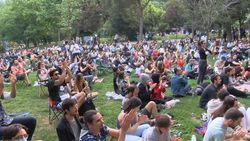 Maçka Parkı'nda sosyal mesafeyi unutturan konser