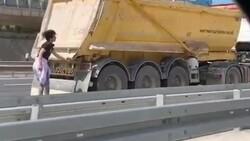Kocaeli'de paten süren gençler, kamyonun dorsesine tutunarak ilerledi