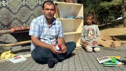 Çocuklar okusun, diye okul ve çadırlara kitaplıklar kuruyor