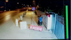 Kahramanmaraş'ta rüzgarda katlanan bayrağı düzeltip öptüler