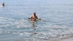Kocaeli'de vatandaşlar müsilaja aldırmadan denize girdi