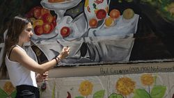 İzmir'de üniversiteliler ortaokul bahçesini ünlü ressamların eserleriyle renklendirdi