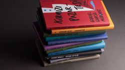 Sevilen kitaplar şömizli özel ciltleriyle raflarda