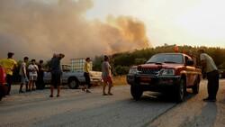 Rodos Adası'ndaki insanlar orman yangını nedeniyle elektriksiz ve susuzluk yaşıyor
