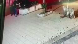 Üsküdar'da bir şahsın sokak kedisini yerden yere vurduğu anlar kamerada