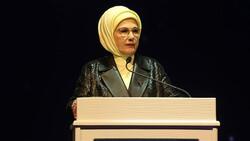 Emine Erdoğan madalya alan Buse Naz Çakıroğlu ve Buse Naz Sürmeneli'yi tebrik etti