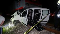 Uşak'ta otomobil ile tren çapıştı: 2 ölü
