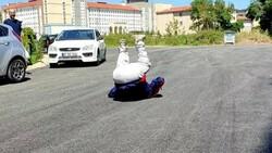 Sakarya'da yıllardır beklediği asfalt yola kavuşan yaşlı adam taklalar attı