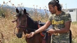 Doğa ve hayvan haklarına dikkat çekmek için atı ile yürüyor