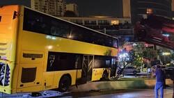 Başakşehir'de çift katlı otobüs refüje çıktı