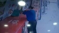 Küçükçekmece'de market sahibinin parasını alıp kaçan hırsız kamerada