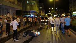 Antalya'da bir minibüs caddede olan insanları metrelerce sürükledi
