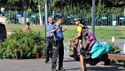 Antalya'da yasağa aldırmayan İtalyan paraşütçü aydınlatma direğine takıldı