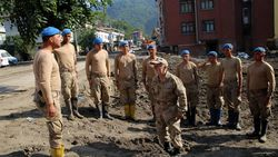 Bozkurtlu Coşkun Dede, sel bölgesinde yardım eden askerlere moral veriyor