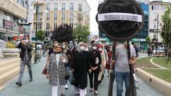 Tanju Özcan'a kadınlardan siyah çelenkli protesto