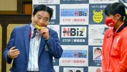 Japonya'da olimpiyat madalyasını ısıran belediye başkanı koronavirüse yakalandı