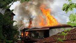 Manisa'da tarihi sokakta yangın çıktı: 2 taş ev küle döndü