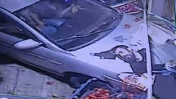 Gaziantep'te manavda alışveriş yapan bir kişiye arkadan araç vurdu