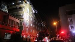 Kocaeli'nde 6 katlı binanın çatı katında yangın çıktı