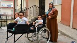 Sivas'ta cam kemik hastası ikizlere tekerlekli sandalye üretildi