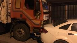 İstanbul'da 8 aracın hasar görmesine neden olan şoförü tüple dövmeye çalıştılar