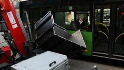 Denizli'de yük asansörünün sepeti belediye otobüsüne çarptı