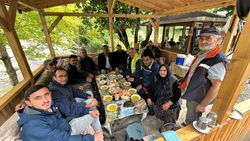 Kastamonu'da selzede, işçilere gönüllü olarak yemek yapıyor