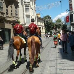 İstiklal Caddesi'nde atlı polisler