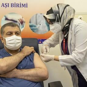 Fahrettin Koca, canlı yayında aşı oldu
