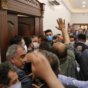 İyi Partililerin ve CHP'lilerin makam odasına girme mücadelesi