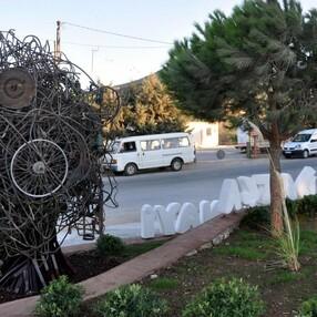 Datça'da sanayi girişine konulan heykel esnafı şaşırttı