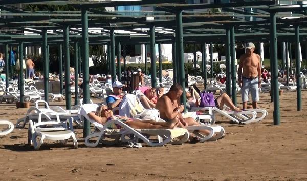 Antalya'da turistlerin deniz keyfi