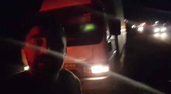 Maket polis aracı gitsin diye 1 saat bekleyen sürücü