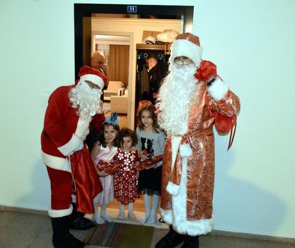 Marmaris Belediyesi'nden yabancıların evlerine Noel babalı ziyaret