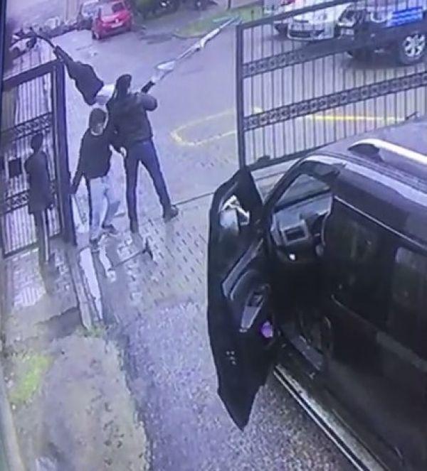 Kapının üstünden atlamaya çalışan çocuk son anda kurtuldu