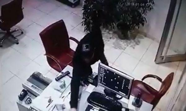 Hırsızlık yapan adamın rahat tavırları kameraya takıldı
