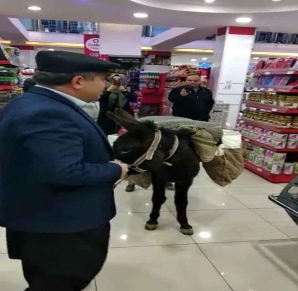 Markette eşekle alışveriş yapan kişi müdür çıktı