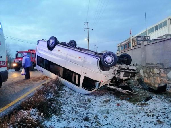 Servis buzlu yolda devrildi: 11 öğrenci yaralı