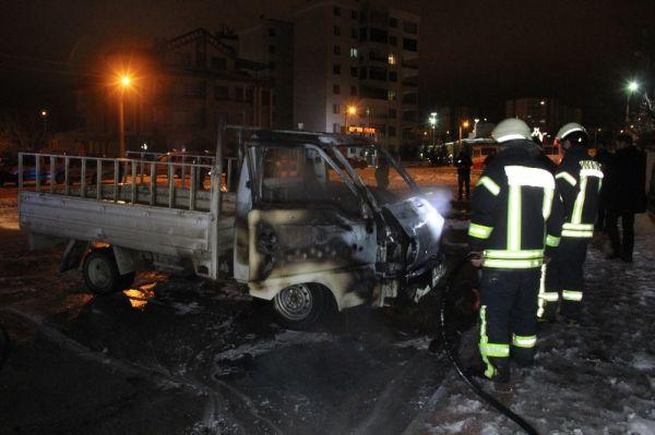 Karaman'da park halindeki kamyonette yangın