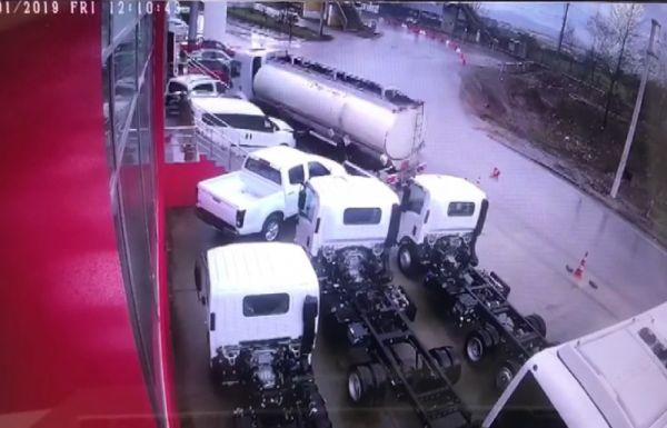 Kontrolden çıkan tanker, araçların arasına daldı