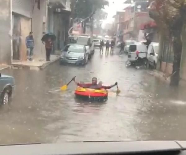 İzmir'de sağanak yağış: Lastik botla sokakta gezdi
