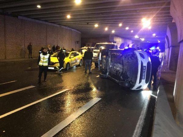 Ticari taksinin peşindeki polisler kaza yaptı