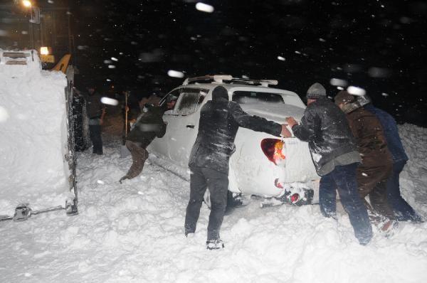 Hakkari'de karda mahsur kalan 40 kişi kurtarıldı